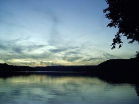 Baldeneysee mit Silberstreifen am Horizont